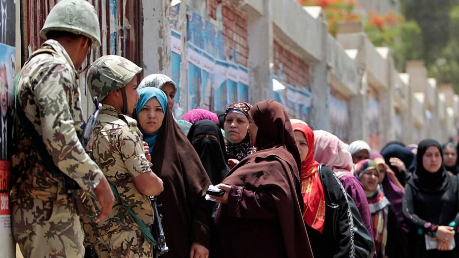 Colégios eleitorais abriram nesta quinta-feira para o segundo dia de votação das eleições presidenciais, no Egito
