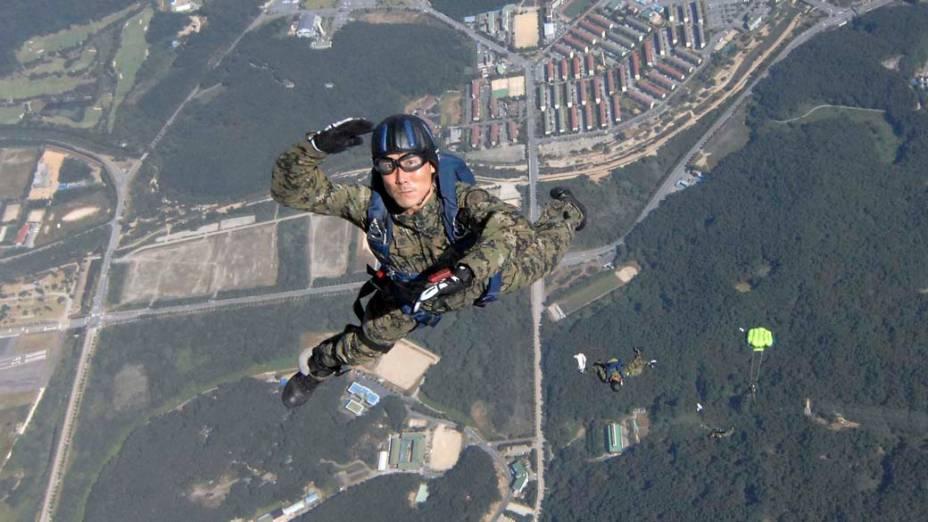 Em Gyeryong, soldados das forças especiais sul-coreanas ensaiam saltos para o Dia das Forças Armadas, que será comemorado no 1º de outubro