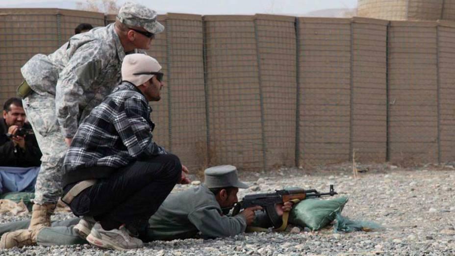 Soldados da OTAN e policiais afegãos participam de treinamento durante a cerimônia de formatura dos novos policiais em Baghlan, Afeganistão