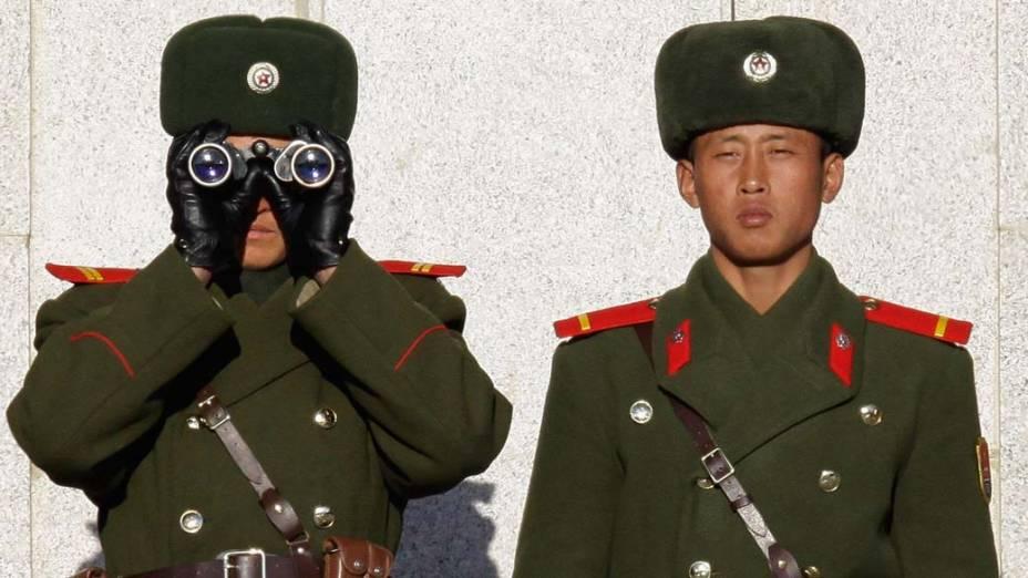 Soldados norte-coreanos vigiam fronteira com a Coreia do Sul na cidade de Panmunjom