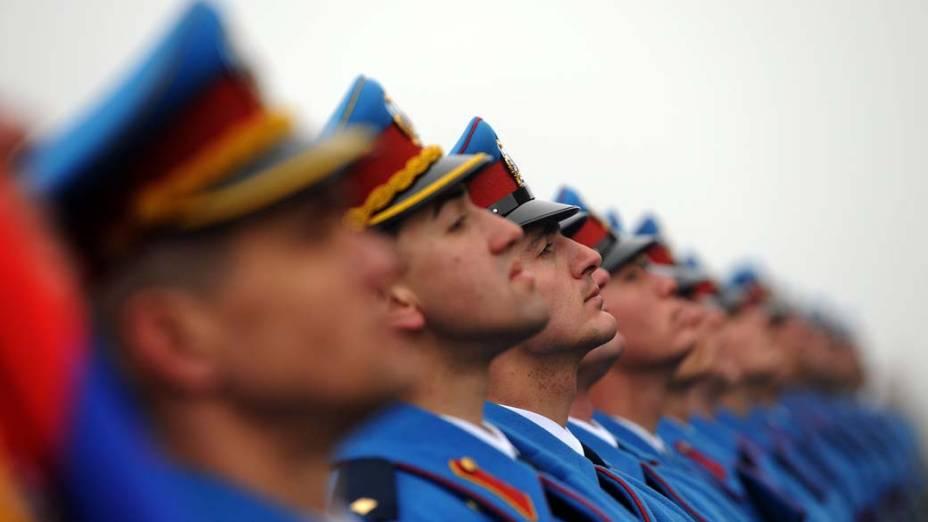 Na Sérvia, soldados fazem guarda ao Monumento do Soldado Desconhecido em Mount Avala, como parte da celebração do aniversário de criação do Estado Sérvio