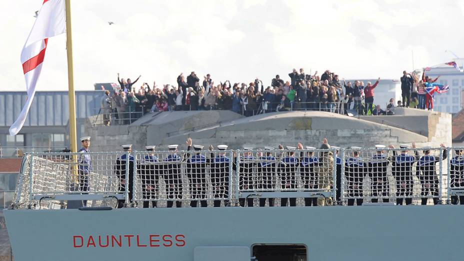 Na Inglaterra, soldados britânicos deixam porto a caminho das Ilhas Malvinas