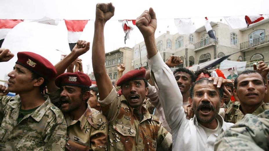 Em Sanaa, Iêmen, soldados dissidentes protestam contra o governo