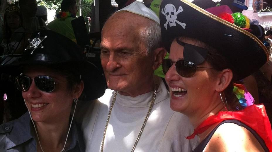 Sósia do papa no bloco Bagunça Meu Coreto
