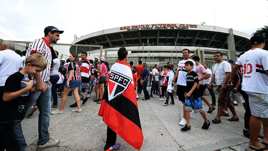 Torcedores do São Paulo chegam para o jogo contra o Botafogo, no Morumbi