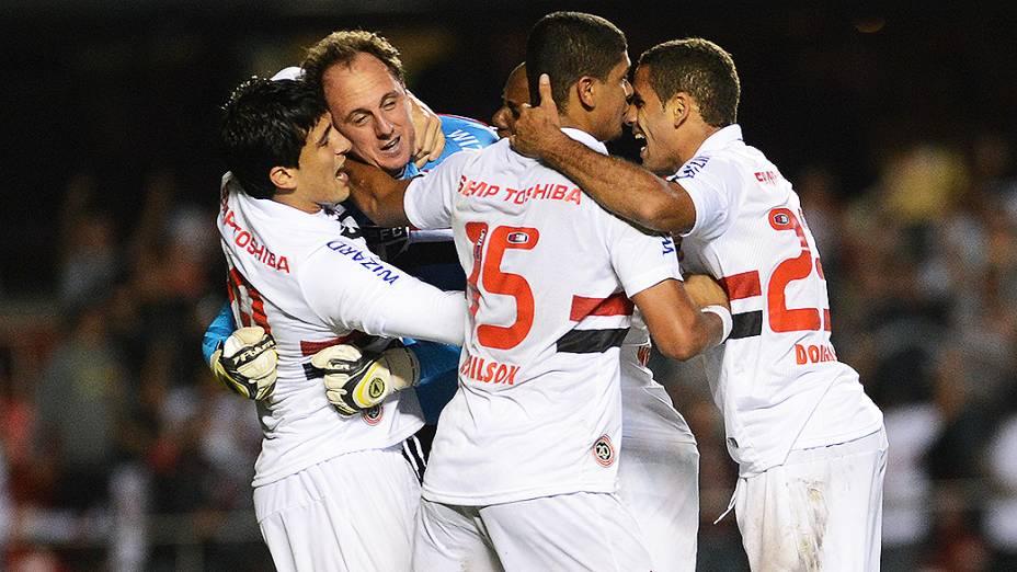 Rogério Ceni cobra o pênalti com muita categoria durante partida contra o Atlético-MG pela última rodada da fase de grupos da Copa Libertadores 2013