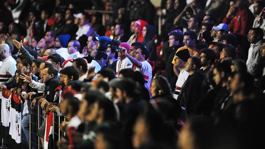 Torcedores do São Paulo acompanham a partida no estádio do Morumbi