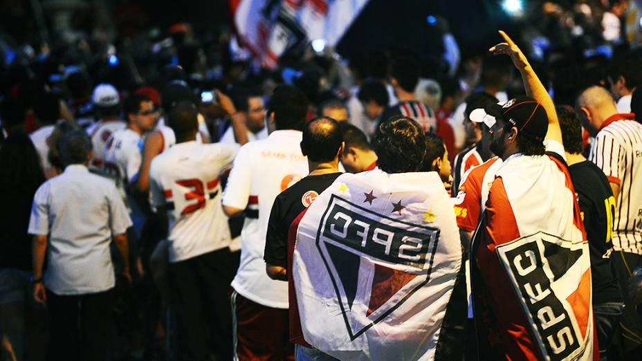 Movimentação da torcida do São Paulo antes da partida contra a Ponte Preta, válida pela semifinal da Copa Sul-Americana, no estádio do Morumbi
