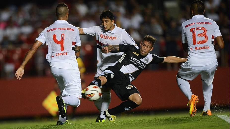 Disputa de bola na partida entre São Paulo e Ponte Preta, válida pela semifinal da Copa Sul-Americana, no Morumbi