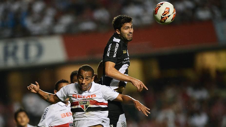 Diego Sacoman da Ponte Pretae Ademílson do São Paulodisputam jogada em partida válida pela semifinal da Copa Sul-Americana, no Morumbi