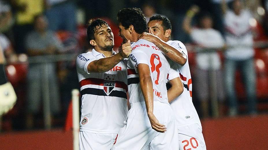 Jogadores do São Paulo comemoram gol de Ganso na partida contra a Ponte Preta, no Morumbi
