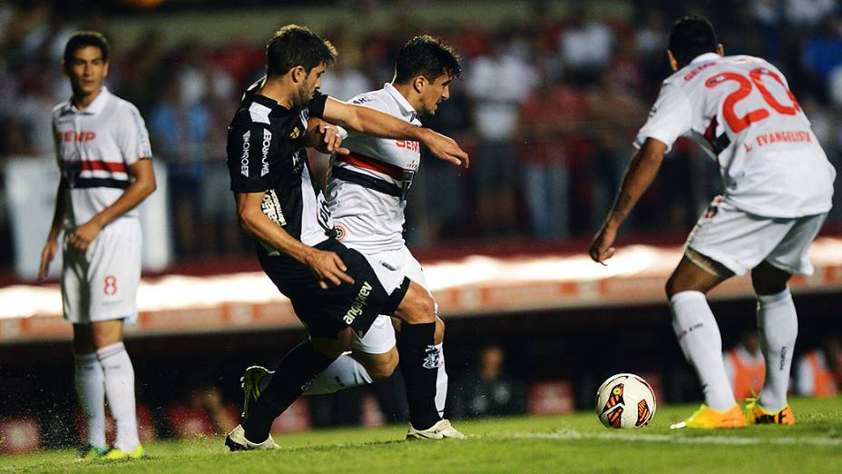 Diego Sacoman da Ponte Preta e Aloísio do São Paulo disputam jogada em partida válida pela semifinal da Copa Sul-Americana, no Morumbi