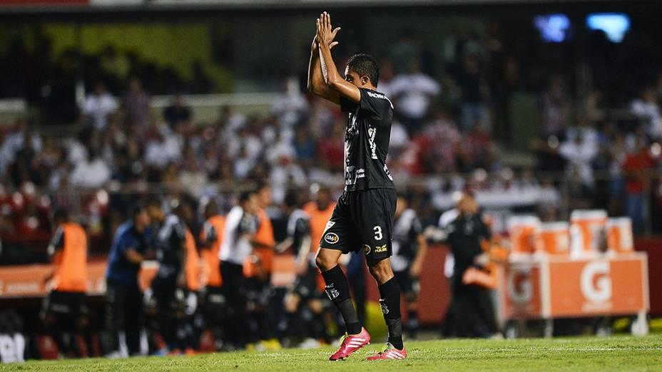 Zagueiro Cesar da Ponte Preta comemora o gol de empate marcado contra pelo zagueiro Antônio Carlos do São Paulo