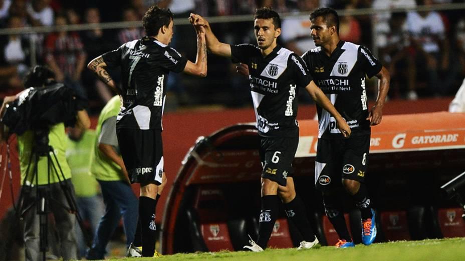 Jogadores da Ponte Preta comemoram o gol de empate marcado contra pelo zagueiro Antônio Carlos do São Paulo
