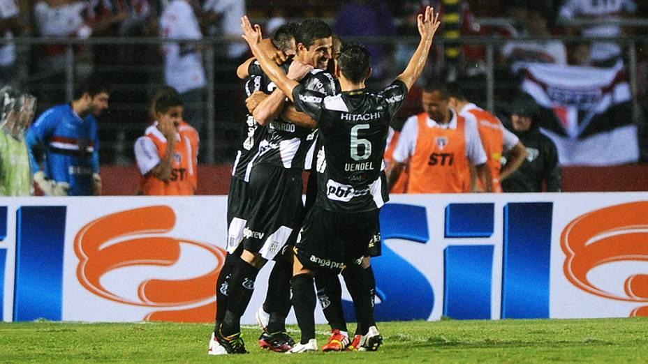 Jogadores da Ponte Preta comemoram o gol na vitória sobre o São Paulo, na primeira partida da semifinal da Copa Sul-Americana, no Morumbi