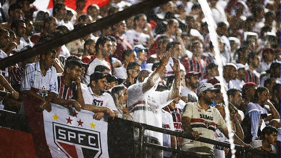 Torcida do São Paulo empurra o time na partida contra a Ponte Preta, válida pela semifinal da Copa Sul-Americana, no Morumbi