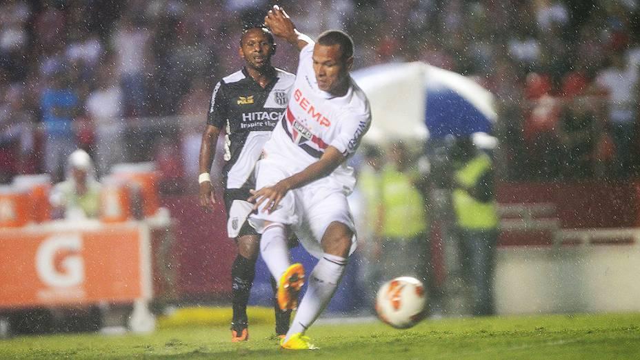 Luís Fabiano arrisca chute na derrota do São Paulo por 3 a 1 para a Ponte Preta, na primeira partida da semifinal da Copa Sul-Americana, no Morumbi