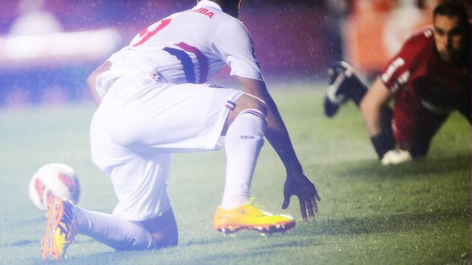 Luís Fabiano disputa jogada com o goleiro Roberto na primeira partida da semifinal da Copa Sul-Americana entre São Paulo e Ponte Preta, no Morumbi