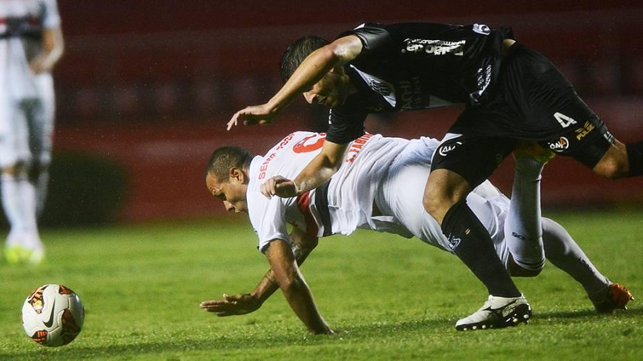 Luís Fabiano disputa jogada com o zagueiro Diego Sacoman na primeira partida da semifinal da Copa Sul-Americana entre São Paulo e Ponte Preta, no Morumbi