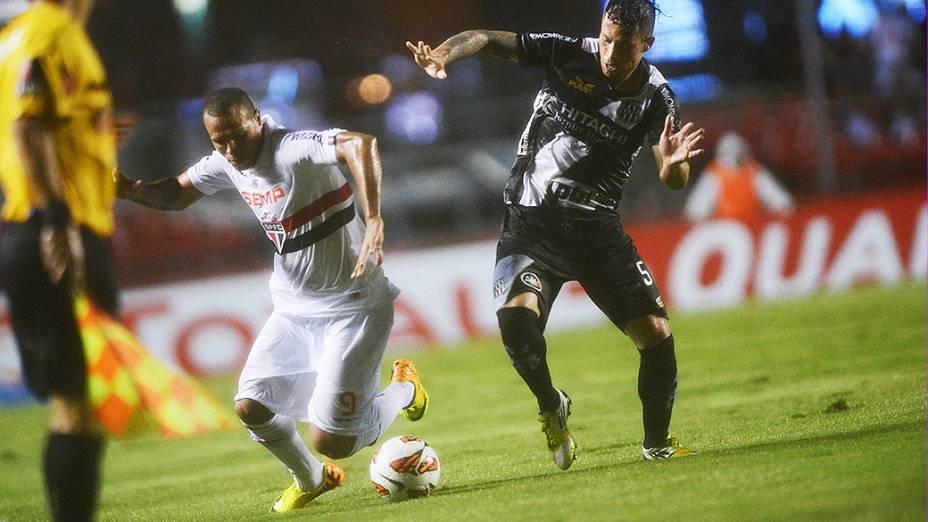 Luís Fabiano disputa jogada com o volante Baraka na primeira partida da semifinal da Copa Sul-Americana entre São Paulo e Ponte Preta, no Morumbi