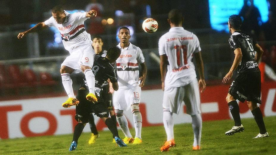 Luís Fabiano disputa jogada pelo alto na primeira partida da semifinal da Copa Sul-Americana entre São Paulo e Ponte Preta, no Morumbi