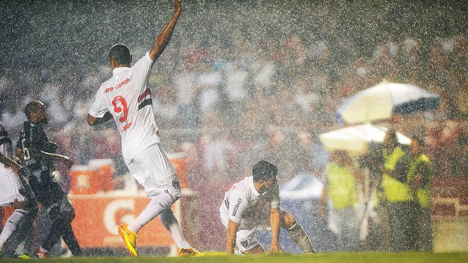 Luís Fabiano pede a bola durante a primeira partida da semifinal da Copa Sul-Americana entre São Paulo e Ponte Preta, no Morumbi