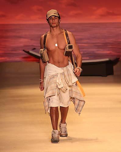 Jesus Luz foi um dos que desfilaram na 27ª São Paulo Fashion Week Verão 2009/2010.