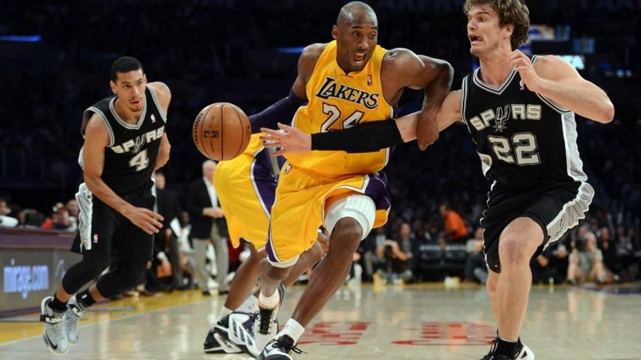 Tiago Splitter marca Kobe Bryant no jogo entre Spurs e Lakers