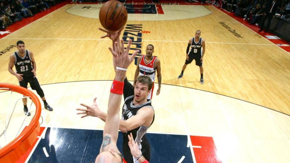 Splitter brilha na vitória do Spurs contra o Wizards, em Washington