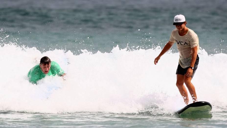 Stephan Bonnar tenta aprender a surfar na Austrália