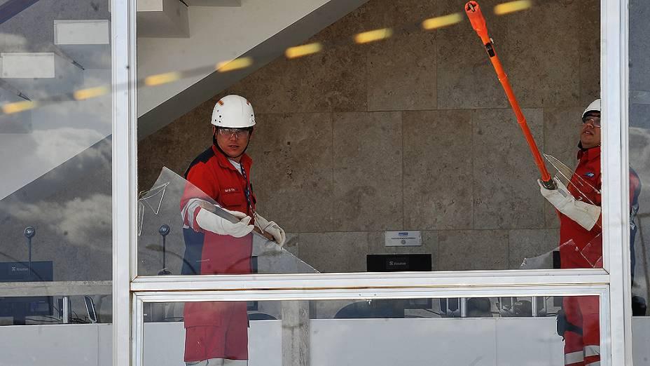 STF tem vidros quebrados por caça supersônico durante a solenidade de Troca da Bandeira