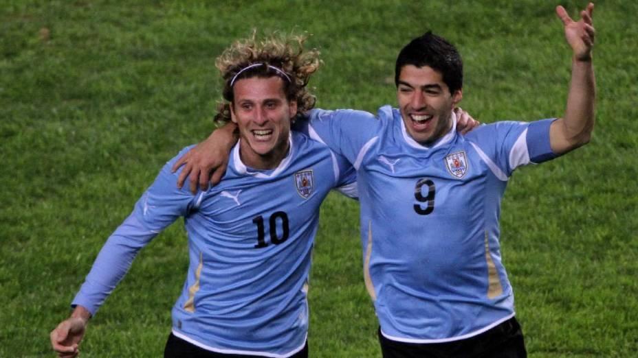 Luis Suárez com Diego Forlán, seu companheiro no comando de ataque do Uruguai