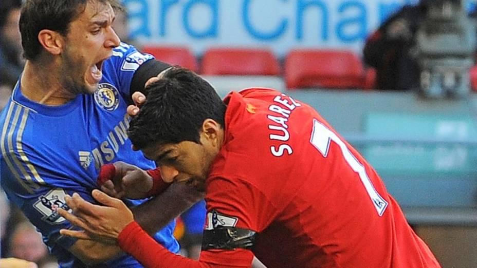 Luis Suárez, do Liverpool, mordeu Ivanovic, do Chelsea: a segunda dentada da carreira
