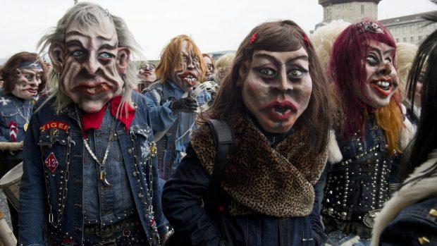 Pessoas brincam o Carnaval nas ruas de Lucerna, na Suíça - 16/2/2012
