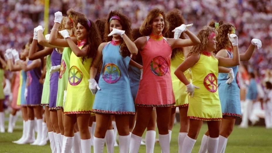 Cheerleaders realizam performance de dança, em jogo do Super Bowl de 1991
