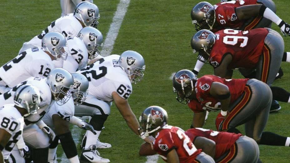 Começo de jogo entre Oakland Raiders x Tampa Bay Bucanneers, no Super Bowl de 2003