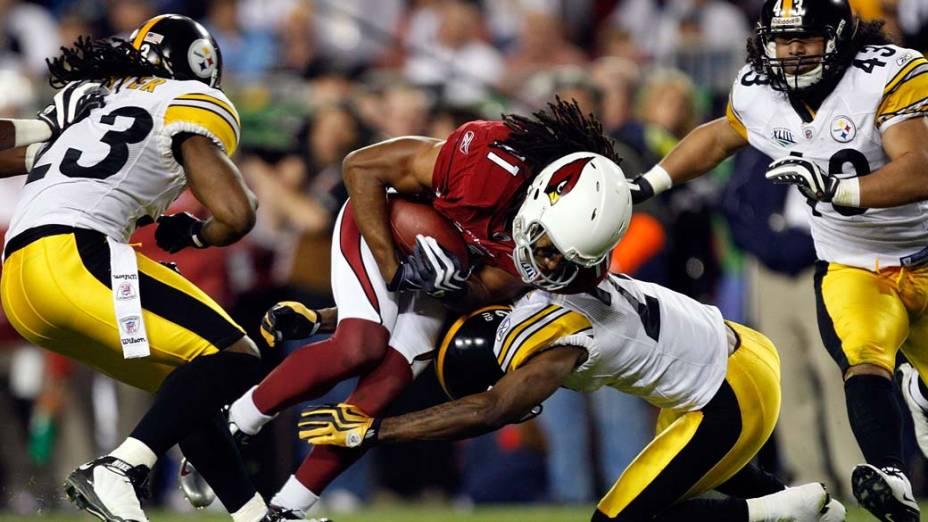 Larry Fitzgerald do Arizona Cardinals faz recepção contra o Pittsburgh Steelers, durante partida do Super Bowl de 2009