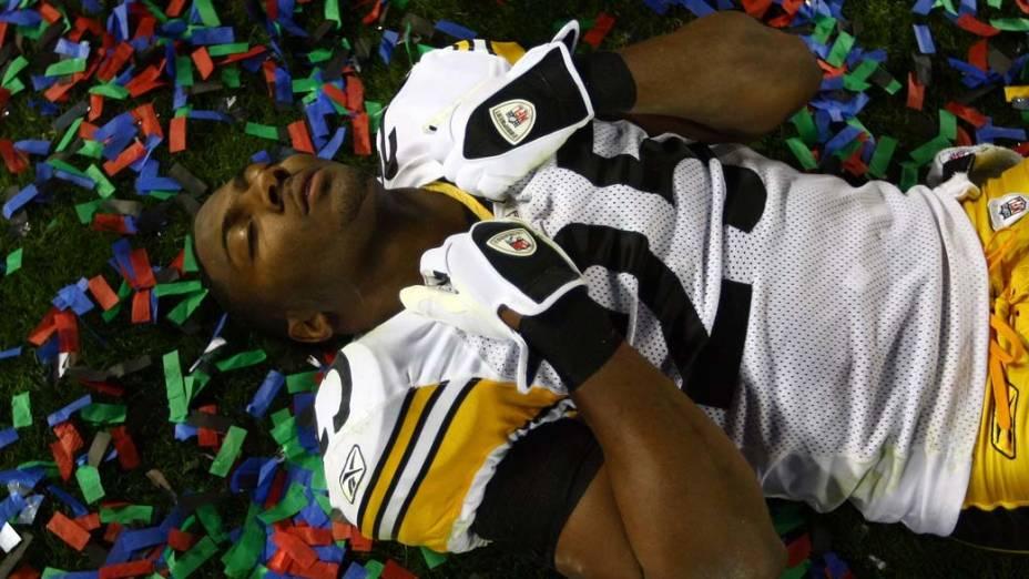 Ryan Clark do Pittsburgh Steelers comemora sua vitória contra o Arizona Cardinal, no Super Bowl de 2009