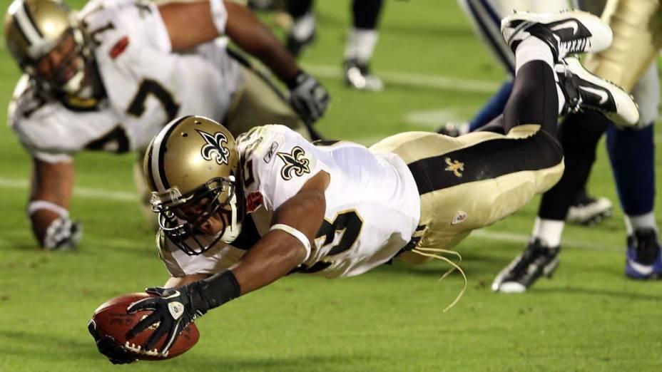 Pierre Thomas do New Orleans Saints pula para fazer o touchdown contra o Indianapolis Colts, no Super Bowl de 2010