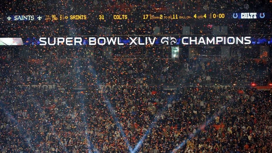 Público lota estádio e assiste a partida do Super Bowl de 2010
