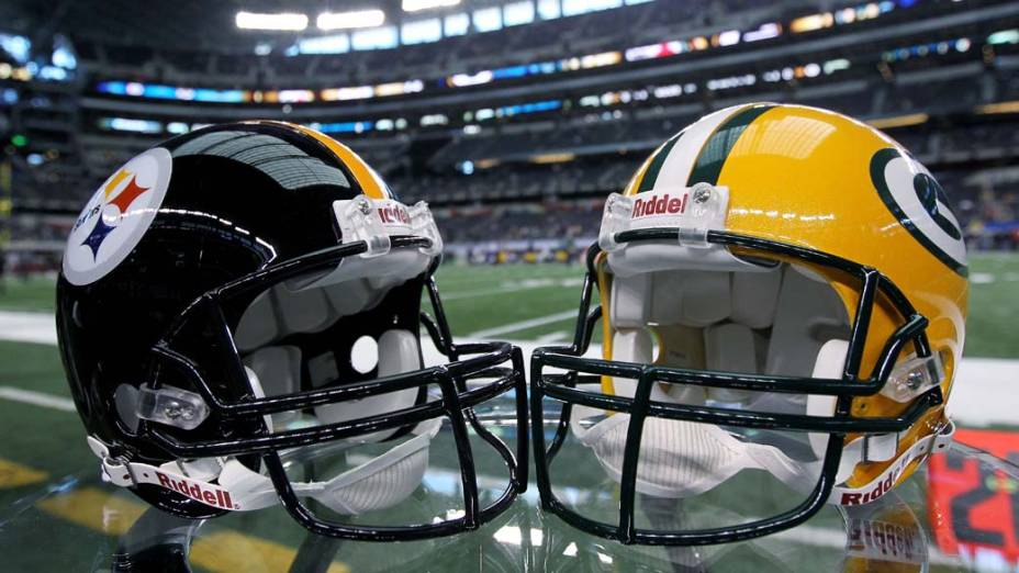 Capacetes dos times Pittsburgh Steelers e Green Bay, participantes do Super Bowl