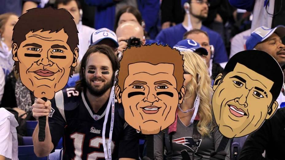 Fãs seguram cartazes gigantes de jogadores do New England Patriots, durante partida do Super Bowl de 2012