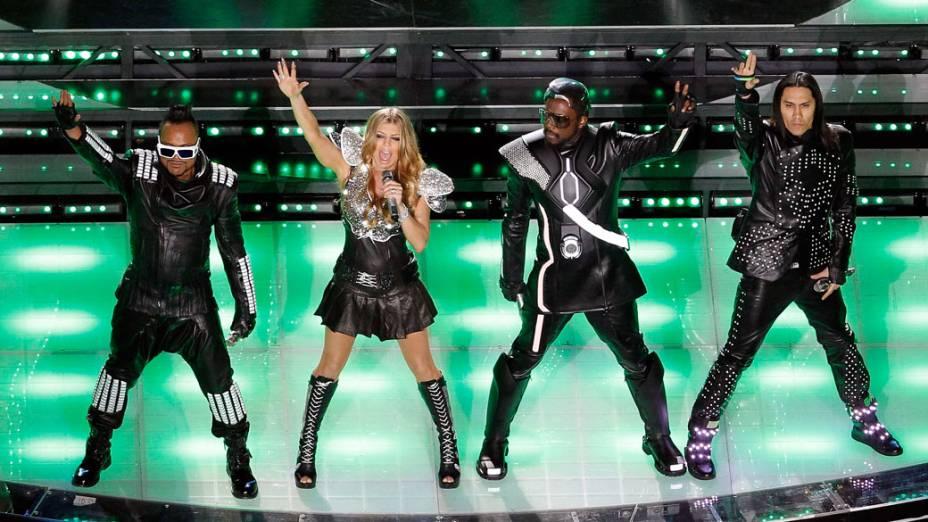Black Eyed Peas canta durante o intervalo do Super Bowl XLV