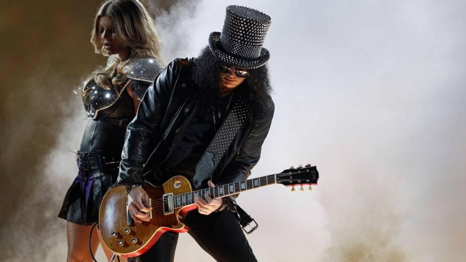 A cantora Fergie e o guitarrista Slash durante a apresentação no intervalo do Super Bowl XLV