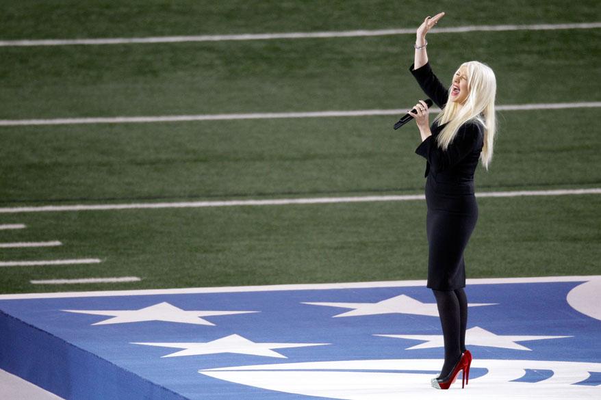 A cantora Christina Aguilera canta o hino americano durante a abertura do Super Bowl, nos EUA
