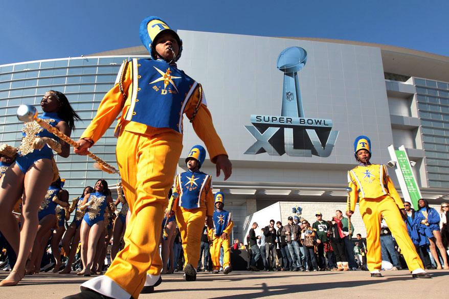 Banda marcial apresenta-se antes do Super Bowl XLV no Cowboys Stadium