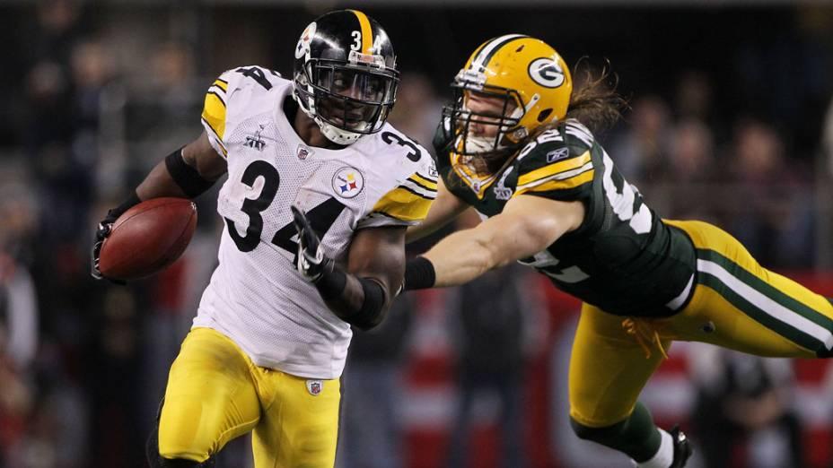 Clay Matthews, do Green Bay Packers, tenta para Rashard Mendenhall durante o jogo do Super Bowl XLV