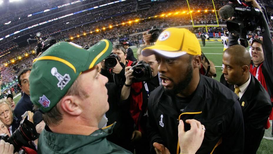 Mike McCarthy, treinador do Green Bay Packers, cumprimenta Mike Tomlin, treinador do Pittsburgh Steelers após vitória. Os Packers venceram o Super Bowl por 31 a 25