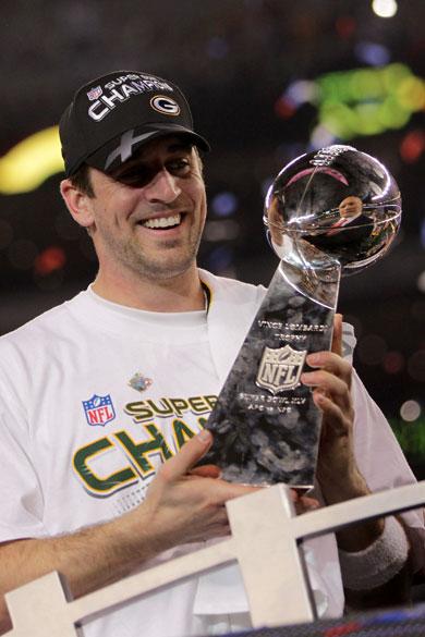 Aaron Rodgers, jogador do Green Bay Packers, recebe o troféu Vince Lombardi pela vitória do Super Bowl XLV