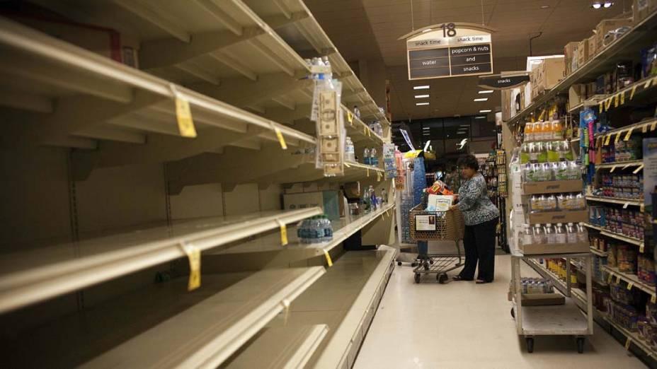 Prateleiras vazias em supermercado na cidade de Honolulu, Havaí. A população havaiana se prepara para um tsunami que pode atingir a região nos próximos dias